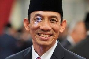 Menteri ESDM Archandra Tahar berpose sebelum mengikuti pelantikan di Istana Negara, Jakarta, Rabu (27/7). Presiden Joko Widodo melakukan penggantian terhadap 12 menteri dan satu kepala badan dalam Kabinet Kerja. ANTARA FOTO/Widodo S. Jusuf/pd/16.